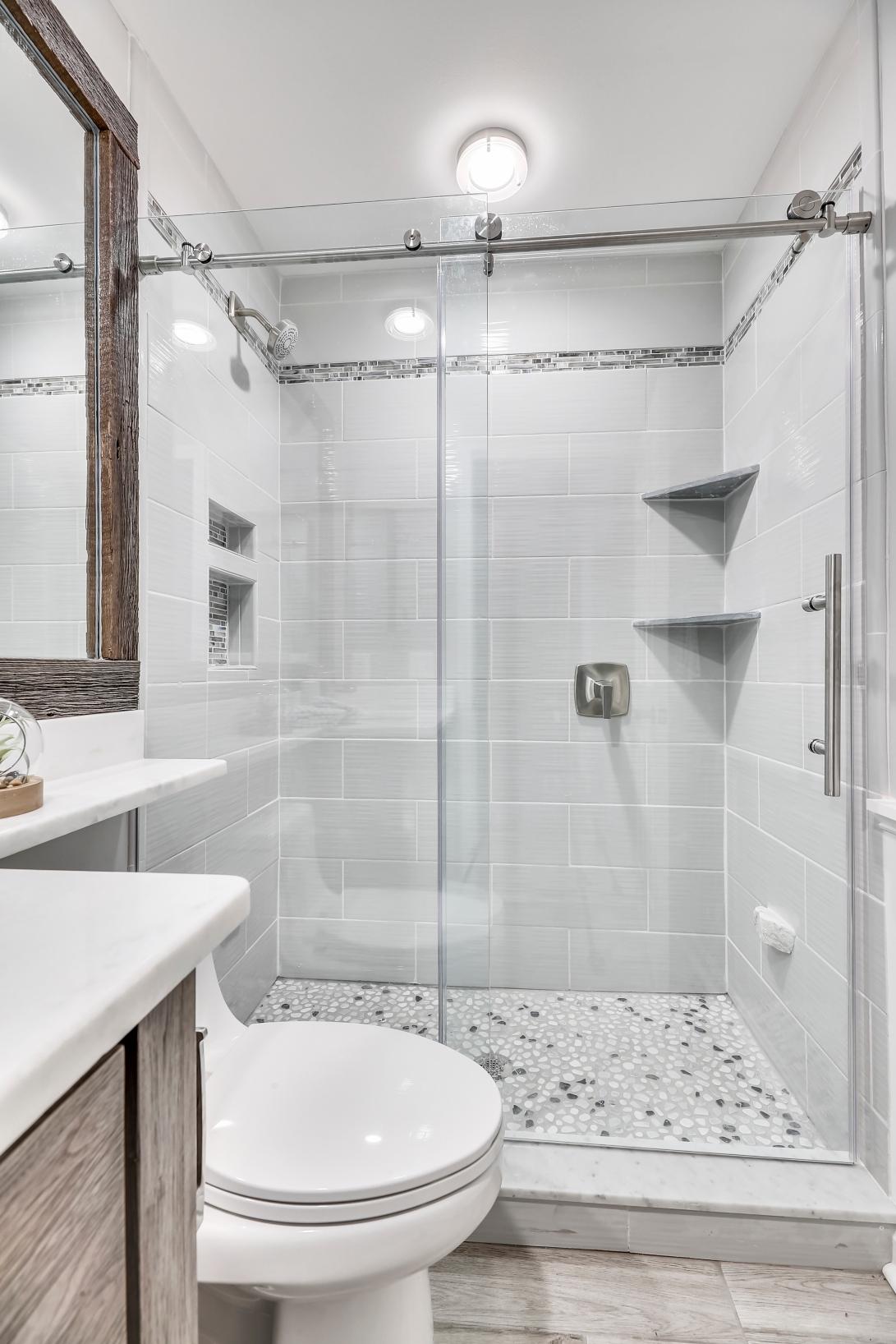 Upper Level-Bath-12I0011
